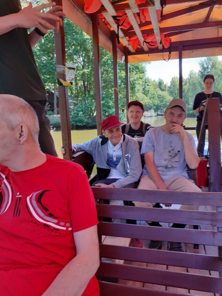 Grupa osób podczas przeprawy tramwajem wodnym