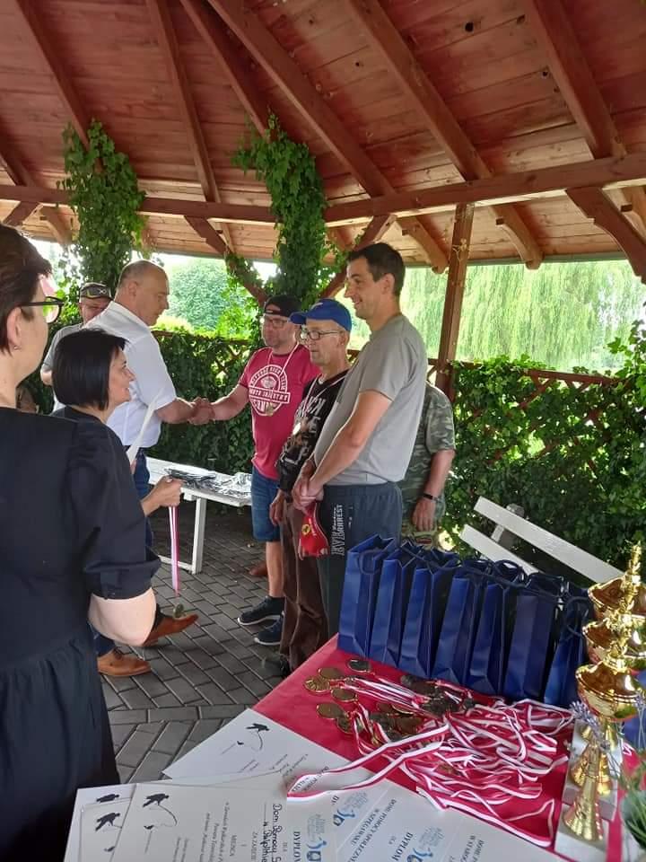 Grupa osób podczas wręczania nagród dla uczestników wydarzenia