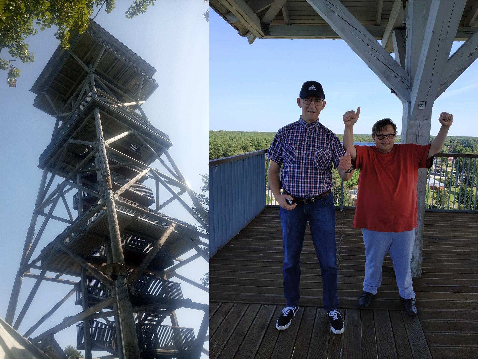 Dwa połączone zdjęcia. Po lewej stronie wielka drewniana wieża, po prawej na zdjęciu dwóch zadowolonych mieszkańców, którzy weszli na sam szczyt.