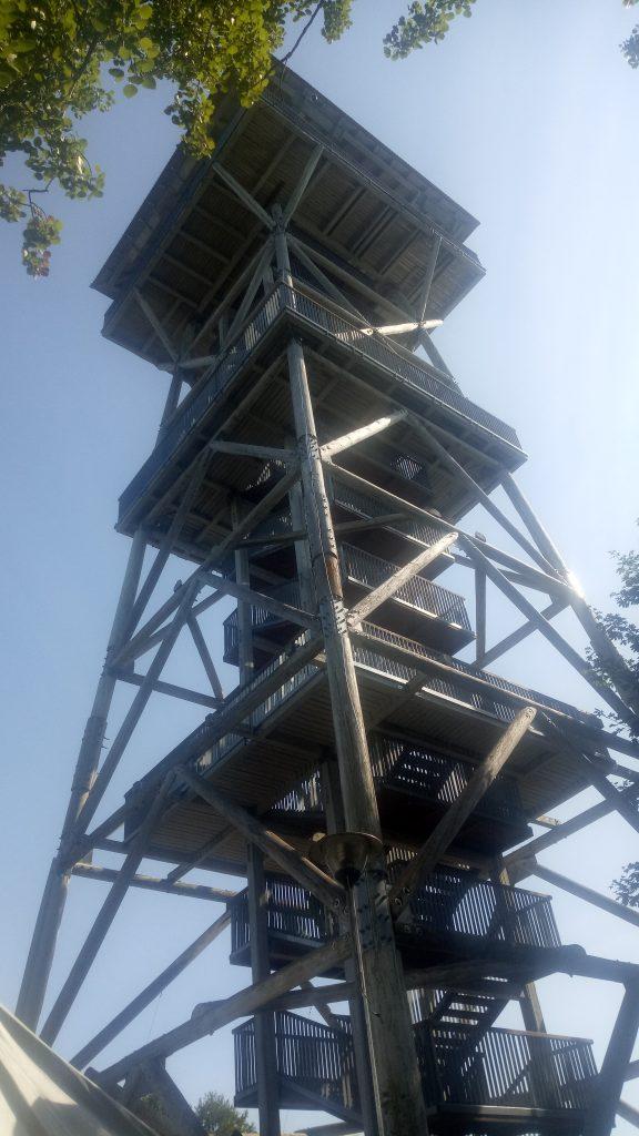 Drewniana duża wieża, ujęcie od dołu ukazuje jej wysokość.