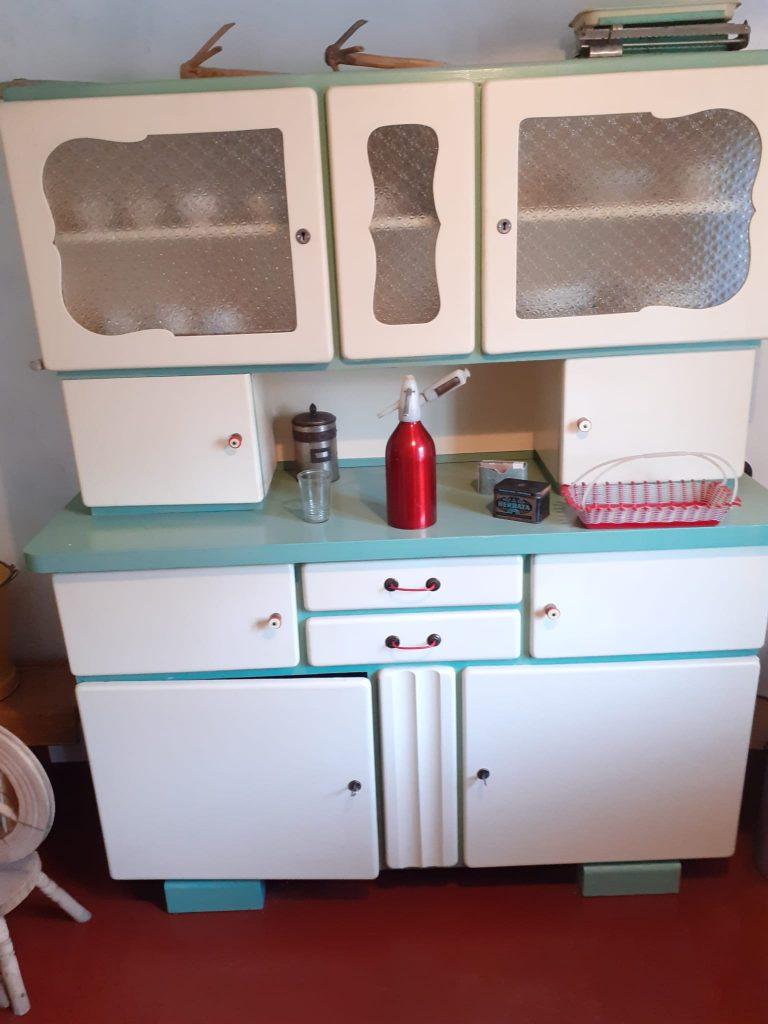 Stara białą witrynka z szafkami i półkami