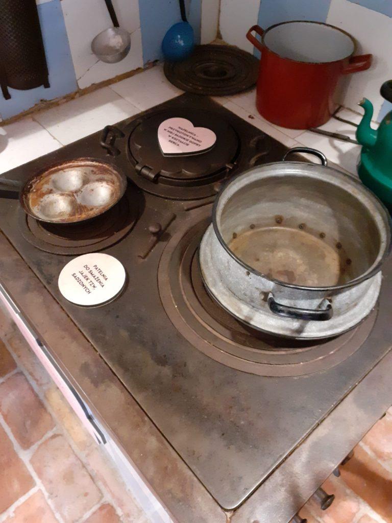 Stare naczynia metalowe na starym kaflowym piecu