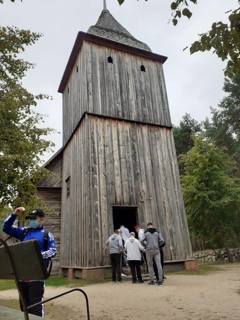 Podopieczni wchodzą do starego drewnianego Kościoła