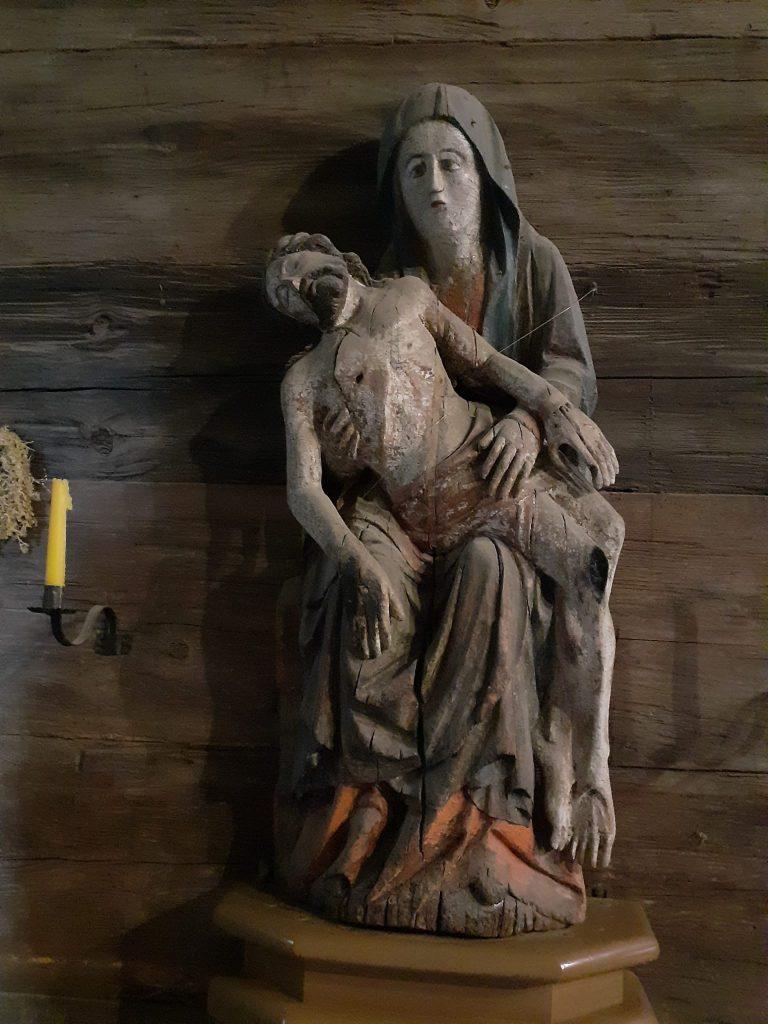 Stara figurka Matki Boskiej trzymająca na rękach konającego Jezusa wykonane z drewna