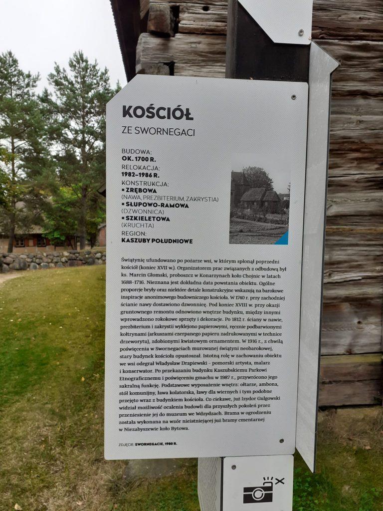 """Tablica informacyjna """"Kościół ze Swornegaci"""" informacje dotyczące kościoła z 1700 r."""