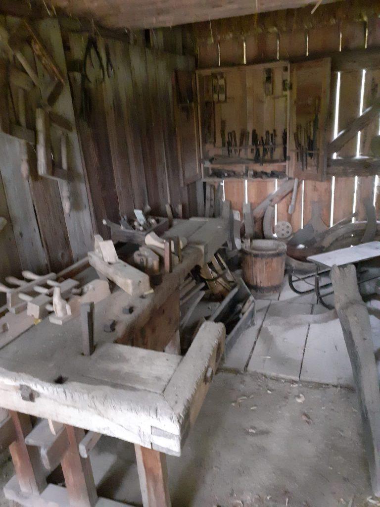 Drewniane pomieszczenie oraz wszędzie drewniane oraz metalowe narzędzia, które były dawno temu używane