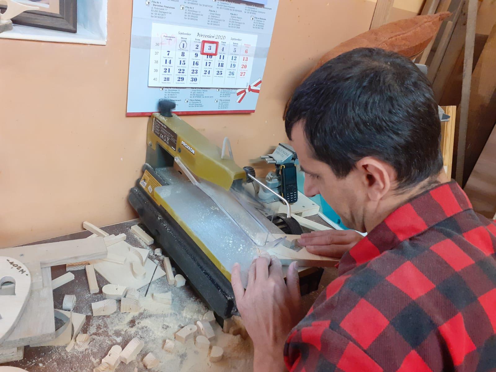 Podopieczny wycinający na wyrzynarce drewniane elementy